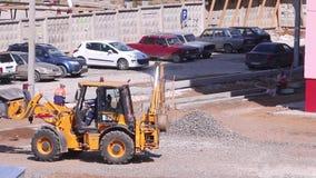 De gele tractorwerken aangaande bouwwerf stock footage