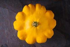 De gele verse pan van het pompoenpasteitje op de donkere steen hoogste mening als achtergrond Royalty-vrije Stock Afbeeldingen