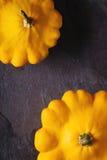 De gele verse pan van het pompoenpasteitje op de donkere steenverticaal als achtergrond Royalty-vrije Stock Foto's