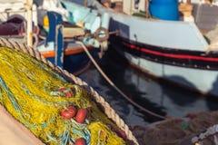 De gele visnetten sluiten omhoog door het overzees bij haven stock afbeelding
