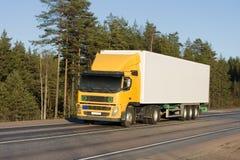 De gele witte lege vrachtwagen van de leveringsbestelwagen van royalty-vrije stock foto's