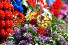 De gelegde bloemen aan het monument ter ere van Victory Day op 9 Mei Royalty-vrije Stock Foto's