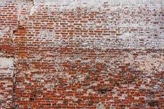 De gelegde rijen van bakstenen in een oude kloostermuur Stock Foto