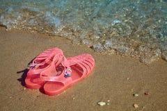 De GELEI SANDALS van roze Vrouwen op een overzeese kust SCHOENEN VAN HET DE ZOMERstrand VAN DAMES DE VLAKKE GELEI royalty-vrije stock foto's