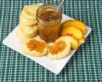 De gelei van de perzik met koekjes en gesneden perziken Royalty-vrije Stock Foto