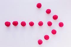 De gelei van rode frambozen is in de vorm van een pijl op witte B Royalty-vrije Stock Fotografie