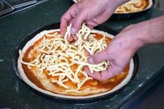 De geleidelijke Chef-kok maakt een pizza Margarita Deeg en pizza ingre Royalty-vrije Stock Foto