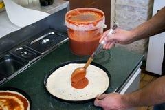 De geleidelijke Chef-kok maakt een pizza Margarita Deeg en pizza ingre Stock Foto's