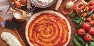 De geleidelijke werkgever maakt een pizza Margarita Deeg en pizza ingre Stock Foto's