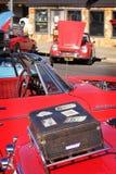 De gelijkenis van automobilisten die van retro auto's houden royalty-vrije stock foto