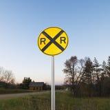 De gelijkvloerse kruisingteken van de spoorweg. Stock Foto's