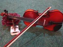De geluiden van vioolminnaars zacht en harmonie aan mijn oor stock afbeelding