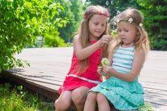 De gelukkige aanbiddelijke meisjes genieten van het spel van de de zomerdag in Royalty-vrije Stock Afbeelding