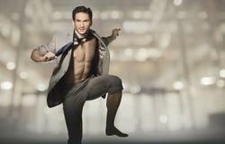 De gelukkige aantrekkelijke mens in sprong stelt Royalty-vrije Stock Fotografie