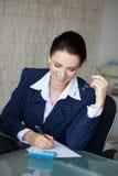 De gelukkige accountant schrijft op leeg document Royalty-vrije Stock Afbeeldingen