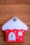 De gelukkige achtergrond van het Nieuwjaar Gelukkige nieuwe jaarkaart Kerstmis gevoeld die huisdecor op een bruine houten achterg Royalty-vrije Stock Afbeeldingen