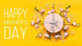 De gelukkige achtergrond van de moeder` s dag Heldere Gele en de Dagachtergrond van de Pastelkleurroze Gekleurde Moeder Vlak leg  stock foto's