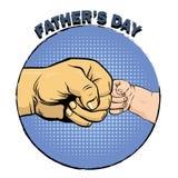 De gelukkige affiche van de vadersdag in retro grappige stijl Pop Art Vector Illustration Vader en zoonsvuistbuil Royalty-vrije Stock Foto