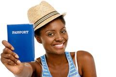De gelukkige Afrikaanse Amerikaanse van het de holdingspaspoort van de Vrouwentoerist witte rug Royalty-vrije Stock Foto