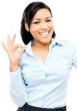De gelukkige Afrikaanse Amerikaanse witte achtergrond van het vrouwen o.k. teken Stock Afbeelding