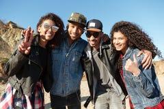 De gelukkige Afrikaanse vrienden die in openlucht bij strand het tonen lopen beduimelt omhoog Royalty-vrije Stock Afbeelding