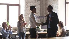 De gelukkige Afrikaanse werknemer wordt positief terugkoppelt van werkgever en team stock videobeelden