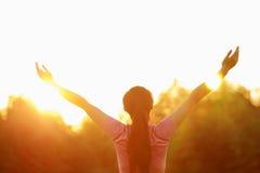 De gelukkige Aziatische Chinese vrouw omhelst aard en zon Stock Afbeeldingen