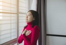 De gelukkige Aziatische vrouw met dient het bidden positie in, samen clasped de Vrouwelijke gebedhanden stock foto