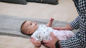 De gelukkige baby ligt op het bed stock footage