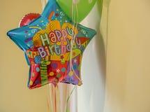 De gelukkige ballon van het verjaardagshelium stock foto's