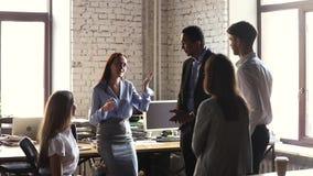 De gelukkige bedrijfleider die divers commercieel team motiveren geeft hoogte vijf stock footage