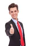 De gelukkige bedrijfsmens die beduimelt omhoog gaat Stock Foto's