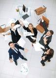 De gelukkige bedrijfsmensen werpen in de lucht de documenten Royalty-vrije Stock Afbeeldingen