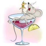 De gelukkige beeldverhaalmuis ligt in het glas wijn en holdingshanden Stock Afbeeldingen