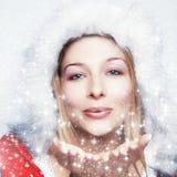De gelukkige blazende sneeuwvlokken van de de wintervrouw Royalty-vrije Stock Fotografie