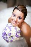 De gelukkige bloemen van de bruidholding stock afbeelding