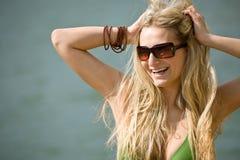 De gelukkige blonde vrouw geniet van vakantie bij oever van het meer royalty-vrije stock afbeelding