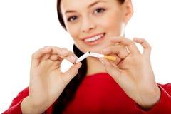 De gelukkige brekende sigaret van de studentenvrouw Royalty-vrije Stock Foto