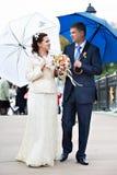 De gelukkige Bruid en de bruidegom bij huwelijk lopen Stock Foto's