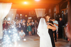 De gelukkige bruid en verzorgt een hun eerste dans, huwelijk stock foto's
