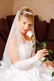 De gelukkige bruid met nam toe Stock Afbeeldingen