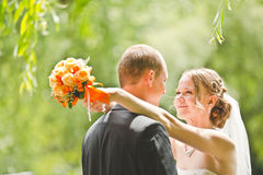 De gelukkige bruidegom en de bruid bekijken elkaar Stock Afbeelding