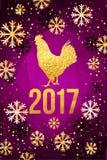 De gelukkige Chinese Nieuwjaarskaart van 2017 Vectoraffiche van een gouden die haan op violette achtergrond wordt geïsoleerd Ontw Royalty-vrije Stock Fotografie