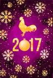 De gelukkige Chinese Nieuwjaarskaart van 2017 Vectoraffiche van een gouden die haan op violette achtergrond wordt geïsoleerd Ontw Stock Fotografie