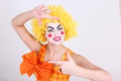 De gelukkige clown neemt een foto Stock Afbeeldingen
