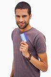 De gelukkige creditcard van de mensenholding Royalty-vrije Stock Foto