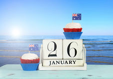 De gelukkige Dag van Australië, 26 Januari, als thema heeft witte houten uitstekende kalender met oceaanmening Royalty-vrije Stock Foto's