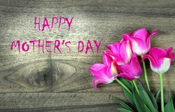 De gelukkige Dag van Moeders Tulpen op een houten lijst royalty-vrije stock foto