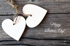 De gelukkige Dag van de Valentijnskaart `s Decoratieve witte houten harten op rustieke houten achtergrond St Valentine ` s Dag of Royalty-vrije Stock Fotografie