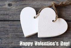 De gelukkige Dag van de Valentijnskaart `s Decoratieve witte houten harten op rustieke houten achtergrond St Valentine ` s Dag of Royalty-vrije Stock Foto